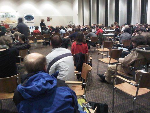 Debattierende Studierende in der Aula des Basler Kollegiengebäudes.