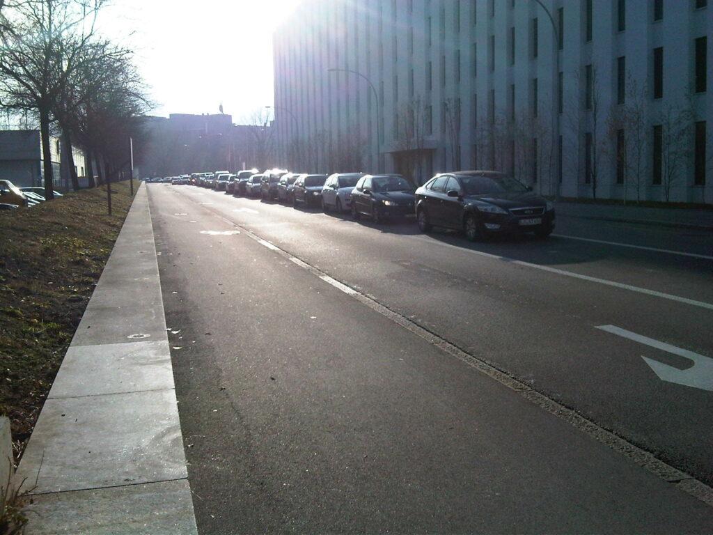 Die Autos stauen sich beim Einkaufscenter Stücki, für den 36er-Bus ist im Kreisel kein Durchkommen mehr.