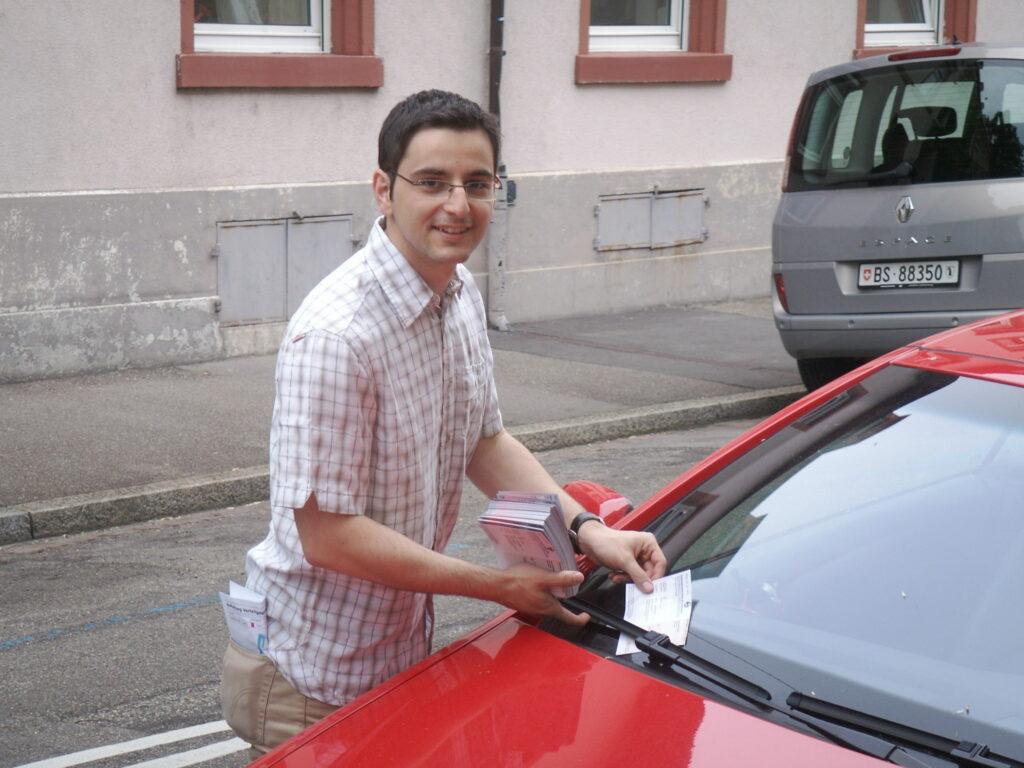 Luca Urgese bei einer Flyer-Verteilaktion